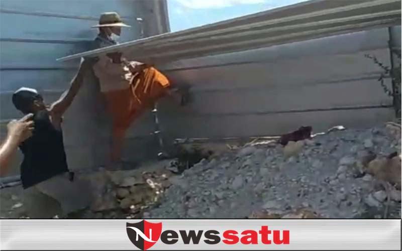 Warga Desa Badur Bongkar Paksa Pagar Tambak Udang Perusahaan